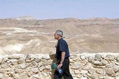 <p>Джордж Буш совершает экскурсию по крепости Масада в Иудейской пустыне. Президент США Джордж Буш, пребывая в Израиле с официальным визитом, поделился в четверг своим видением будущего Ближнего Востока, в котором нет места американским врагам. (REUTERS/Ariel Jerozolimski/Pool)</p>