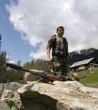 """<p>Солдаты внутренних войск Грузии патрулируют Кодорское ущелье на границе с самопровозглашенной республикой Абхазия, 2 мая 2008 года. оссийская контрразведка в пятницу обвинила Грузию в поддержке вооруженных боевиков на Северном Кавказе, сообщили информагентства. Тбилиси назвал эти сообщения """"ложью"""" и """"провокацией"""", после чего российский МИД пообещал продолжить обсуждать разногласия с грузинскими коллегами. (REUTERS/David Mdzinarishvili)</p>"""