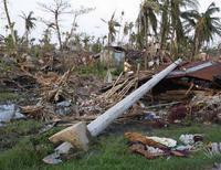 """<p>Жители Мьянмы осматривают разрушенные циклоном дома в городе Богалей, 7 мая 2008 года. Согласно официальным данным, жертвами циклона """"Наргис"""", обрушившегося на Мьянму в начале мая стали 77.738 человек, сообщило государственное телевидение страны. (REUTERS/Strringer)</p>"""