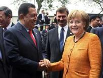 <p>Cúpula UE-América Latina é marcada por atrito em torno das Farc. O presidente venezuelano, Hugo Chávez, cumprimenta a primeira ministra da Alemanha, Angela Merkel na cúpula de líderes de América Latina, Caribe e União Européia. 16 de maio. Photo by Reuters (Handout)</p>
