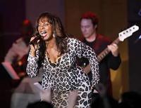 <p>La cantante estadounidense Donna Summer durante un concierto de la banda Earth, Wind and Fire en Century City, California. Donna Summer fue nombrada la 'Reina de la música Disco' luego de una serie de exitosos sencillos en la década de 1970: ahora la artista se ríe de ese título con una nueva canción en su primer álbum tras 17 años. Después de criar tres hijas, la ganadora de premios Grammy, que cumplirá 60 en la víspera de Año Nuevo, regresó a los estudios para grabar 'Crayons', que incluye el tema 'The Queen is Back'. Photo by (C) MARIO ANZUONI / REUTERS/Reuters</p>