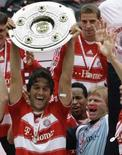<p>Oliver Kan e Luca Toni do Bayern de Munique comemoram conquista do Campeonato Alemão, em Munique. Photo by Michael Dalder</p>