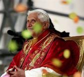 <p>Papa Benedetto XVI sorride prima dell'Angelus a Genova. REUTERS/Daniele La Monaca</p>