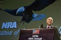 <p>John McCain fala aos membros da Associação Nacional do Rifle em sua convenção anual, em 16 de maio de 2008. Photo by Stringer</p>