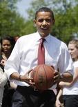 <p>Imagem de arquivo do pré-candidato democrata à Casa Branca, Barack Obama, durante partida de basquete em Indiana. Obama, juntamente com Tiger Woods, foi considerado um dos 15 homens mais em forma dos EUA pela revista Men's Fitness. Photo by Jason Reed</p>