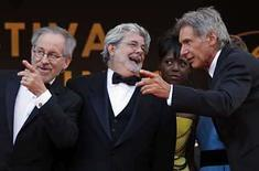 <p>El director Steven Spielberg, productor George Lucas, y Harrison Ford conversan antes del estreno mundial del filme 'Indiana Jones and the Kingdom of the Crystal Skull', en Cannes, Mayo 18, 2008. Sin importar si son buenas o malas, el actor Harrison Ford no leerá las críticas de la nueva película de 'Indiana Jones', la cual dividió notoriamente a los delicados críticos del festival de cine de Cannes. 'Indiana Jones and the Kingdom of the Crystal Skull' realizó el domingo su estreno mundial en el festival anual y las primeras reacciones fueron positivas. Photo by Jean-Paul Pelissier/Reuters</p>