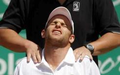 <p>O tenista norte-americano Andy Roddick é massageado pelo trinador antes de se retirar das semi-finais do Masters de Roma, dia 10 de maio. Em sexto lugar no ranking mundial, Roddick desistiu de disputar o Aberto da França na semana que vem por causa de um problema nas costas e ombros, disse o irmão do jogador, John Roddick, na segunda-feira. Photo by Chris Helgren</p>