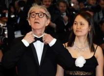 <p>O cineasta norte-americano Woody Allen e sua esposa Soon-Yi chegam para o Cannes Film Festival, 17 de maio. O novo filme fala de homens, mulheres e amantes múltiplos, mas na vida real o diretor Woody Allen, 72, diz que ter mais de um parceiro sexual é demais hoje em dia. Photo by Jean-Paul Pelissier</p>