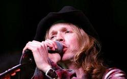 <p>Singer Beck performs at GM Ten, General Motors' annual fashion show, at Paramount studios in Hollywood, California February 20, 2007. REUTERS/Mario Anzuoni</p>