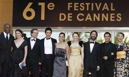 "<p>Brazilian director Fernando Meirelles (3rd L) poses with cast members Danny Glover (L-R), an unidentified woman, Yusuke Iseya, Alice Braga, Julianne Moore, Don McKellar, Gael Garcia Bernal and Yoshino Kimura for the screening of his film entry ""Blindness"" on the opening night of the 61st Cannes Film Festival May 14, 2008 REUTERS/Eric Gaillard</p>"