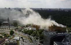 <p>Humo se levanta desde el techo de la sede de la Filarmónica de Berlín , Mayo 20, 2008. Los bomberos combatían el martes un incendio en la sede de la Orquesta Filarmónica de Berlín, que comenzó durante un concierto, dijeron las autoridades. Un portavoz de los bomberos dijo que los visitantes del edificio de la Filarmónica, situado cerca del centro de la ciudad, habían logrado salir y estaban fuera de peligro. Photo by Hannibal Hanschke/Reuters</p>