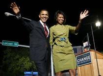 <p>Il candidato democratico Barack Obama con la moglie Michelle. REUTERS/John Gress (UNITED STATES) (UNITED STATES) US PRESIDENTIAL ELECTION CAMPAIGN 2008 (USA)</p>