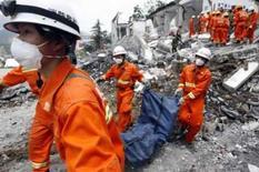 <p>Equipe de resgate carrega corpo retirado dos escombros de uma escola em Beichuan. Photo by Nir Elias</p>