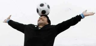 <p>Maradona brinca com a bola durante o 61o festival de Cannes em 20 de maio de 2008    REUTERS. Photo by Eric Gaillard</p>