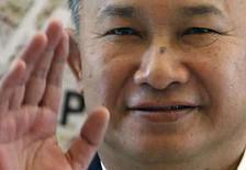 <p>El director chino John Woo saluda en una sesión de fotos para el filme 'Red Cliff' en Cannes, Mayo 19, 2008. El cineasta chino John Woo planea filmar una costosa película épica sobre la toma de poder comunista en China. '1949' es una historia de amor ambientada en los últimos años de la guerra civil china, antes de la llegada al poder del Partido Comunista de Mao Zedong. Photo by Christian Hartmann/Reuters</p>