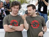<p>El productor francés Mathieu Kassovitz posa con el director Jean-Stephane durante una sesión de fotos para 'Johnny Mad Dog', en Cannes, Mayo 20, 2008. Una nueva película, realizada con un elenco de ex niños soldados de Liberia y filmada en las calles de Monrovia, representa el caos brutal de las guerras civiles que han consumido generaciones de niños africanos. 'Johnny Mad Dog', del director francés Jean-Stephane Sauvaire, sigue a una banda de niños armados con rifles Kalashnikov, con nombres como 'No Good Advice', 'Small Devil' y 'Jungle Rocket', en tanto avanzan sobre la capital de un país africano no identificado. Photo by Vincent Kessler/Reuters</p>