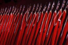 <p>L'immagine di modelle che sfilano in abiti Valentino proiettata su uno schermo. REUTERS/Benoit Tessier (FRANCE)</p>
