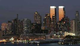 <p>Le torri del Time Warner Center di New York brillano al tramonto in una foto d'archivio. REUTERS/Gary Hershorn</p>