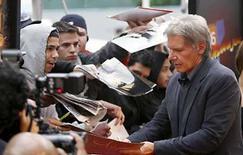 <p>El actor y protagonista de la serie de aventura 'Indiana Jones', Harrison Ford, firma autógrafos en el estreno estadounidense de  'Indiana Jones and the Kingdom of the Crystal Skull' , en Nueva York, Mayo 20, 2008. El filme 'Untraceable' ganó en la reciente lista de éxitos de video, mientras la expectativa ante la nueva película de 'Indiana Jones' causó un alza en ventas para las tres producciones de la serie de aventuras. 'Untraceable', una película de suspenso y crimen protagonizada por Diane Lane logró el primer puesto en las listas estadounidenses de ventas de DVD en la semana que terminó el 18 de mayo; mientras 'Mad Money', una comedia sobre tres mujeres que deciden robar el banco de la Reserva Federal alcanzó la primera posición en arriendos. Photo by Lucas Jackson/Reuters</p>