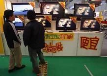 <p>La tecnológica japonesa Sanyo Electric Co anunció el viernes que comenzó a comprar pantallas de cristal líquido (LCD) a su rival Sharp, para usarlas en los televisores de pantalla plana que vende en Norteamérica. Además, ambas firmas están estudiando un emprendimiento conjunto para desarrollar artefactos de cocina. Photo by (C) NICKY LOH / REUTERS/Reuters</p>