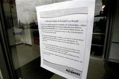 <p>A sign regarding a pet food recall is displayed on a pet store door in Toronto March 30, 2007. REUTERS/J.P. Moczulski</p>
