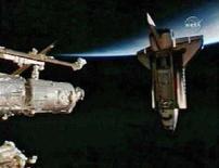 <p>Lo Shuttle Endeavour a una trentina di metri dalla Stazione Spaziale Internazionale. REUTERS/NASA TV</p>