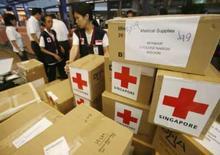 <p>Mianmar aceita 'todas' missões de ajuda a vítimas de ciclone. Membros da Cruz Vermelha de Cingapura deixam o país com ajuda médica para Mianmar. A junta militar birmanesa se comprometeu a liberar o acesso de equipes humanitárias ao delta a fim de ajudar os sobreviventes do ciclone. 22 de maio. Photo by Vivek Prakash</p>
