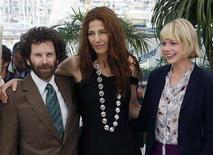 "<p>U.S. director Charlie Kaufman (L) poses with cast members Catherine Keener (C) and Michelle Williams during a photocall for the film ""Synecdoche, New York"" at the 61st Cannes Film Festival May 23, 2008. REUTERS/Jean-Paul Pelissier</p>"