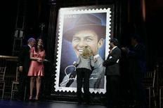 <p>Nancy Sinatra, daughter of Frank Sinatra, kisses the 42-cent First-Class Frank Sinatra commemorative stamp as Frank Jr. and granddaughter A.J. Lambert smile during a Postal Service ceremony in New York May 13, 2008. REUTERS/Shannon Stapleton</p>