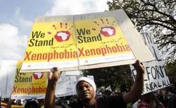 <p>Milhares de pessoas marcharam na maior cidade da África do Sul, no sábado, para pedir o fim da violência que matou pelo menos 50 imigrantes africanos e forçou dezenas de milhares a voltar a seus países. Photo by Mike Hutchings</p>