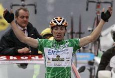 <p>Emanuele Sella mentre taglia il traguardo e vince la 15esima tappa del Giro d'Italia. REUTERS/Alessandro Garofalo (ITALY)</p>