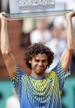 <p>Guga dá adeus ao tênis após derrota para Mathieu em Paris. Domingo em Roland Garros. Com um uniforme azul e amarelo, Gustavo Kuerten emocionou o público de Paris. Desta vez, porém, foi ao se despedir do circuito profissional de tênis. 25 de maio. Photo by Regis Duvignau</p>