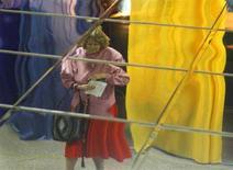 <p>Отражение женщины с бюллетенями для голосования в зеркальном потолке избирательного участка в Киеве, 25 мая 2008 года. Мэр Киева Леонид Черновецкий может сохранить свой пост по итогам внеочередных выборов, свидетельствуют первые данные территориальной избирательной комиссии, обнародованные в понедельник утром и подтверждающие расклад сил по результатам опросов на выходах из избирательных участков. (REUTERS/Gleb Garanich)</p>