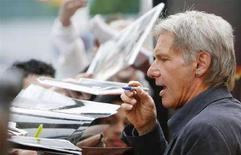 """<p>Harrison Ford firma autografi in occasione della proiezione del film """"Indiana Jones e il regno del teschio di cristallo"""" a New York. REUTERS/Lucas Jackson (UNITED STATES)</p>"""