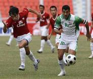 <p>Un'immagine di una partita Iraq (divisa biancoverde)-Thailandia. REUTERS/Chaiwat Subprasom (THAILAND)</p>