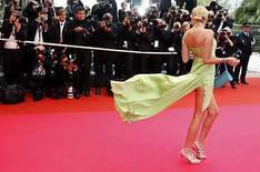 <p>Una invitada no identificada en su llegada a las ceremonias del festival de cine de Cannes, Mayo 25, 2008. Los críticos aplaudieron la primera victoria francesa en el Festival de Cine de Cannes en 21 años, después de que el aclamado drama escolar 'Entre les Murs' ganara la Palma de Oro a la mejor película el domingo por la noche. El triunfo marca otro hito para el cine francés, que ya había celebrado el Oscar de Marion Cotillard como mejor actriz y el éxito de taquilla de la película francesa 'Bienvenue Chez Les Ch'tis', que vieron unos 20 millones de personas. Photo by Vincent Kessler/Reuters</p>