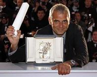 <p>El director francés Laurent Cantet posa luego de recibir el premio Palma de Oro por el filme 'Entre les Murs', en el festival de cine de Cannes, Mayo 25, 2008. 'Entre les murs', una película que se desarrolla en una dura escuela secundaria de París, ganó el domingo la Palma de Oro para el mejor filme en la versión número 61 del Festival de Cine de Cannes. Dirigida por Laurent Cantet, la película, basada en una novela autobiográfica de Francois Begaudeau, fue la primera ganadora francesa de Cannes desde  Photo by Jean-Paul Pelissier/Reuters</p>