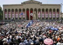 <p>Сторонники грузинской оппозиции проводят митинг в центре Тбилиси, 26 мая 2008 года. Оппозиция в Грузии собрала многотысячный митинг в понедельник, протестуя против официальных итогов прошедших 21 мая парламентских выборов, согласно которым партия президента страны Михаила Саакашвили сохранила в новом высшем законодательном органе значительное большинство. (REUTERS/David Mdzinarishvili)</p>