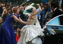<p>A atriz Sarah Jessica Parker (centro) é segurada pela atriz Cynthia Nixon (esquerda) enquanto bate no ator Cris Noth com um O Filme'. Photo by Brendan Mcdermid</p>