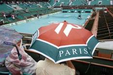 <p>Chuva encerra mais cedo dia de jogos em Roland Garros. Apenas 25 dos 56 jogos da primeira rodada de Roland Garros programados para esta segunda-feira foram concluídos, até que a chuva provocou o fim das ações na capital francesa. 26 de maio. Photo by Regis Duvignau</p>