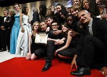 <p>El director francés Laurent Cantet, rodeado por el elenco de 'Entre les Murs', cinta ganadora de la Palma de Oro en Cannes. 25 mayo,2008. Rebosantes de gloria pero restándole importancia al estrellato por el momento, los actores adolescentes que triunfaron en el festival de cine de Cannes volvieron el lunes a clases, recibiendo una bienvenida de héroes. El elenco principiante del drama escolar 'Entre les Murs', ocupó el escenario en Cannes cuando su filme el domingo ganó el máximo premio del festival, compartiendo el primer plano con actores como Robert De Niro, Sean Penn y Catherine Deneuve. Photo by John Schults/Reuters</p>