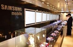 <p>Le sud-coréen Samsung Electronics a commencé à acheter au groupe allemand Infineon des composants de base pour la fabrication de ses téléphones portables afin de réduire sa dépendance vis-à-vis de l'américain Qualcomm. /Photo prise le 25 avril 2008/REUTERS/Lee Jae-Won</p>