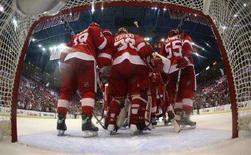 """<p>Игроки клуба """"Детройт Ред Уингз"""" радуются победе. Хоккейный клуб """"Детройт Ред Уингз"""" одержал очередную победу над """"Питсбургом"""" в финале Кубка Стэнли, выиграв второй матч серии со счетом 3:0. (REUTERS/Jim McIsaac/Pool)</p>"""