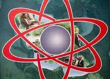 <p>Символ ядерной энергии с фотографиями президента Ирана Махмуда Ахмадинежада (вверху слева) и главы МАГАТЭ Мохаммеда аль-Барадея (внизу справа), Тегеран, 16 июля 2007 года. Предполагаемые исследования Ирана в области ядерного оружия остаются предметом серьезных опасений и Тегеран должен предоставить больше данных о своей деятельности, связанной с производством ракет, заявило Международное агентство по атомной энергии (МАГАТЭ). (REUTERS/Morteza Nikoubazl)</p>