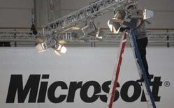 <p>Microsoft s'attend à une hausse annuelle d'au moins 50% en 2008 et 2009 des ventes mondiales de son logiciel Windows Mobile destiné aux téléphones portables de nouvelle génération, dits smartphones. /Photo prise le 3 mars 2008/REUTERS/Hannibal Hanschke</p>