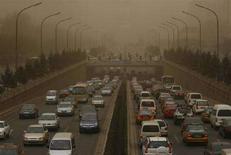 <p>Песчаная буря накрыла одну из автомобильных магистралей Пекина, 18 марта 2008 года. Уровень загрязнения воздуха в Пекине повысился во вторник настолько, что городские власти были вынуждены предупредить о том, что людям с респираторными проблемами лучше не выходить из дома. (REUTERS/China Daily).</p>
