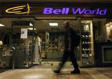 <p>A pedestrian walks past a Bell World Store in Toronto May 19, 2008. REUTERS/Peter Jones</p>