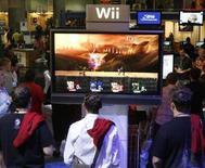 """<p>Appassionati di videogame provano il gioco per il sistema Wii di Nintendo """"Super Smash Bros. Brawl"""" presentato all""""E for All Expo' di Los Angeles, il 19 ottobre 2007. REUTERS/Fred Prouser (Usa)</p>"""