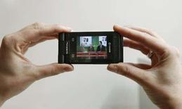 <p>Un mobile à la norme DVB-H (Digital Video Broadcasting-Handhelds), le standard utilisé pour la diffusion des images de la Télévision mobile personnelle (TMP). Le CSA a dévoilé mardi une liste sans surprises des candidats retenus pour opérer l'un des 13 canaux réservés aux chaînes privées de la future TMP, dans laquelle figurent notamment Orange Sport et EuropaCorp TV, de la société de production de Luc Besson. /Photo prise le 11 février 2008/REUTERS/Albert Gea</p>