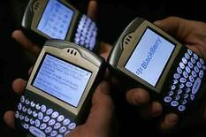 <p>El mercado de software de protección para dispositivos móviles como los teléfonos inteligentes no ha despegado todavía a pesar de la rápida venta de aparatos como la BlackBerry o el iPhone. El presidente ejecutivo de Symantec, Enrique Salem, estima que el mercado vale actualmente unos cientos de millones de dólares. Photo by (C) MARIO ANZUONI / REUTERS/Reuters</p>